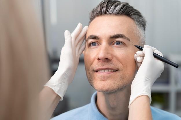 Close-up arts die handschoenen draagt