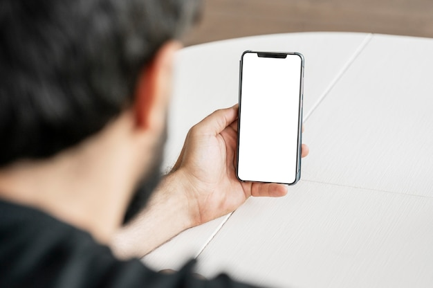 Close-up arts die mobiele telefoon doorbladert