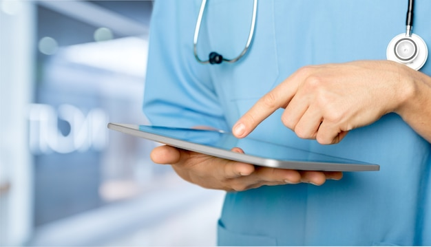 Close-up arts in het ziekenhuis werken met tablet pc