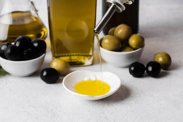 Close-up assortiment van biologische olijven en olie
