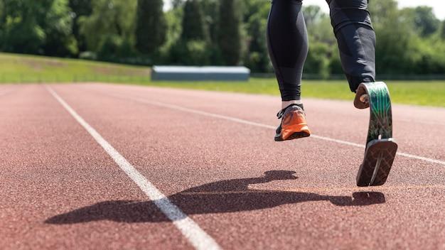 Close-up atleet met prothese running