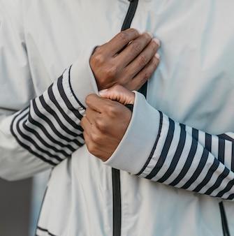 Close-up atletische jas dragen