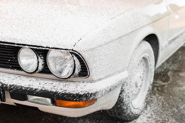 Close-up auto bedekt met schuim