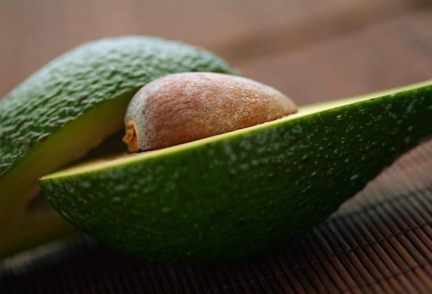 Close-up avocado in tweeën gesneden