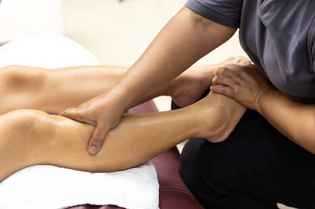 Close-up aziatische vrouw voetmassage thuis