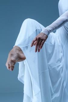 Close-up ballerina's been en hand op het blauw
