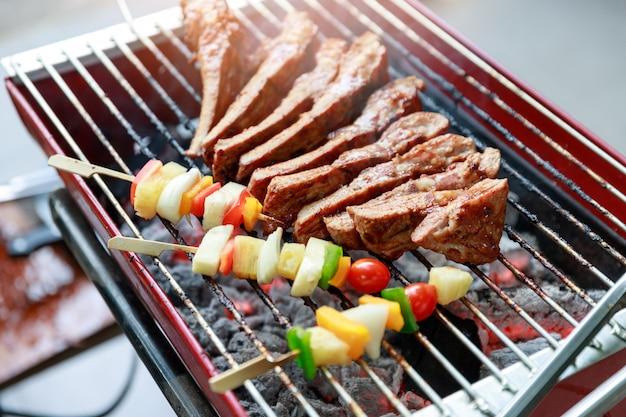 Close-up barbecue met verschillende soorten vlees.
