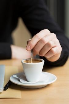 Close-up bedrijfsmannetje die van koffie genieten