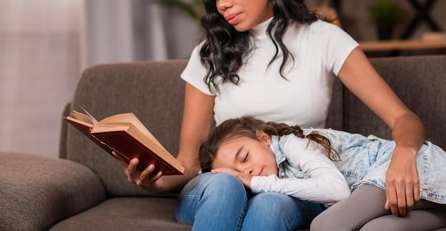 Close-up bedtijdverhaal voor dochter