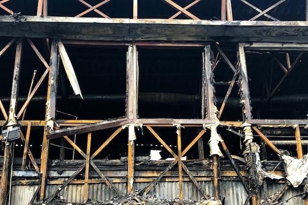 Close-up beeld van afgebrand houten huis.