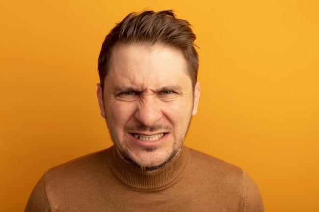 Close-up beeld van agressieve jonge blonde knappe man