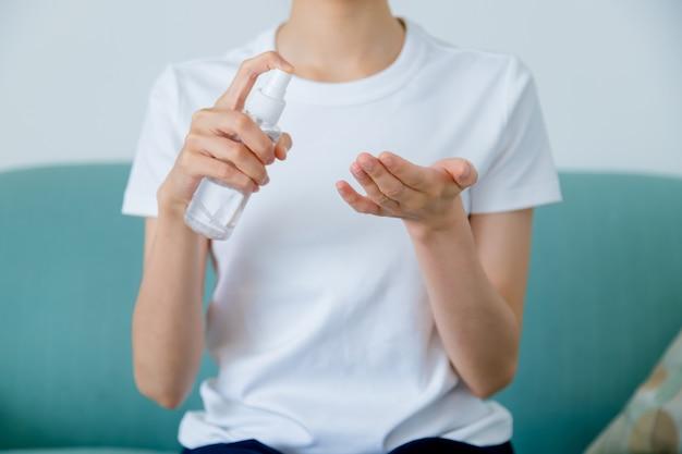 Close-up beeld van aziatische vrouw met behulp van alcohol gel sanitizer