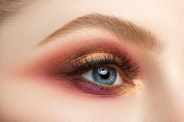 Close-up beeld van blauw vrouwelijk oog met mooie moderne creatieve make-up
