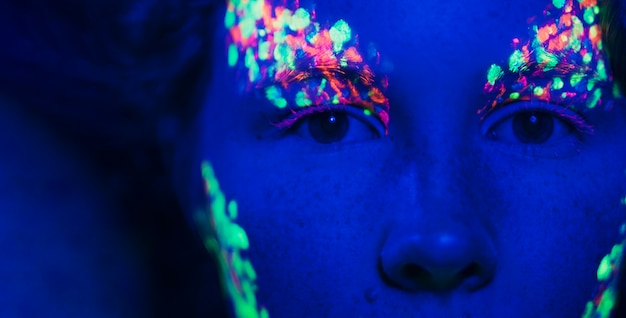 Close-up beeld van de ogen van vrouwen en fluorescerende make-up