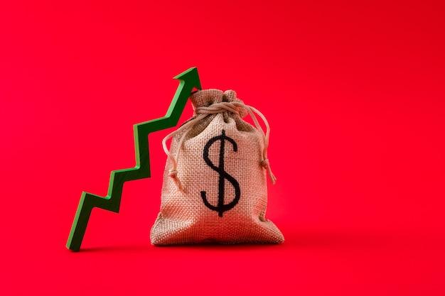 Close-up beeld van de pijl van de geldzak jackpot die naar boven wijst
