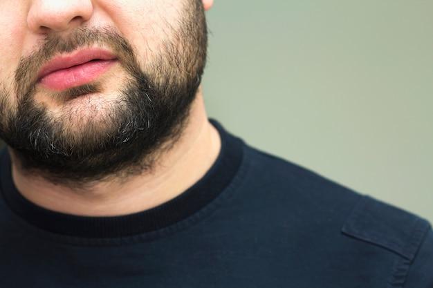 Close-up beeld van een baard van een knappe jonge bebaarde man