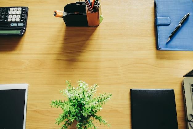 Close-up beeld van een bureau op de ochtend met draadloze computermuis en financiële documenten