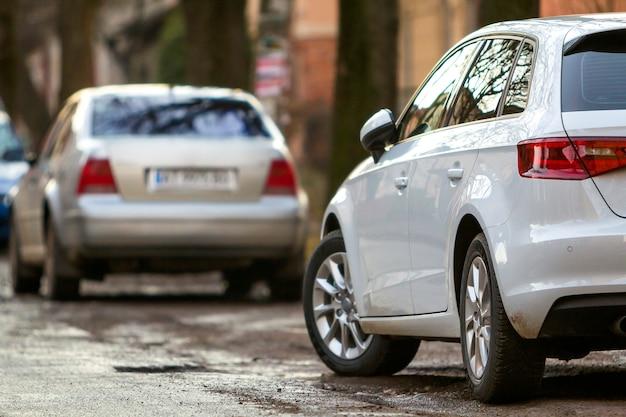 Close-up beeld van een nieuwe moderne auto geparkeerd aan de kant van de straat
