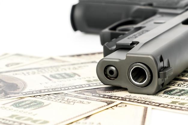 Close-up beeld van een pistool en dollar.