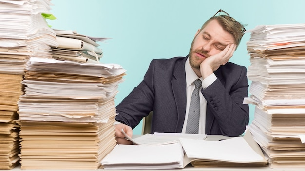 Close-up beeld van een stressvolle zakenman moe van zijn werk op de voorgrond - afbeelding