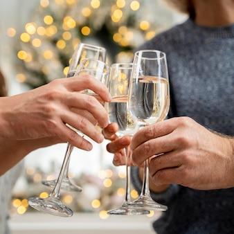 Close-up beeld van familie juichen met champagne