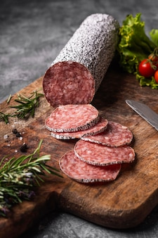 Close-up beeld van heerlijke salami concept