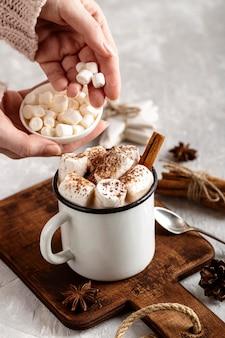 Close-up beeld van heerlijke warme chocolademelk