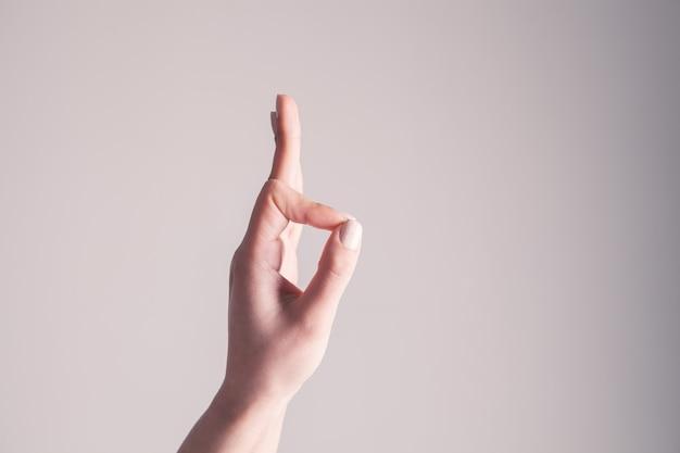 Close-up beeld van jonge vrouw maken en ok handteken tonen