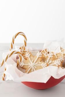 Close-up beeld van koekjes met riet van het suikergoed