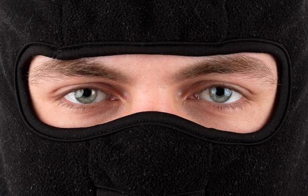 Close-up beeld van man in zwarte bivakmuts