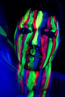 Close-up beeld van man met fluorescerende make-up