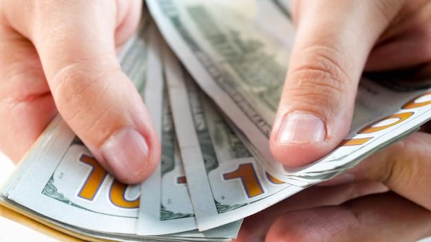 Close-up beeld van man met stapel geld in handen. concept van financiële investeringen, economische groei en banksparen.