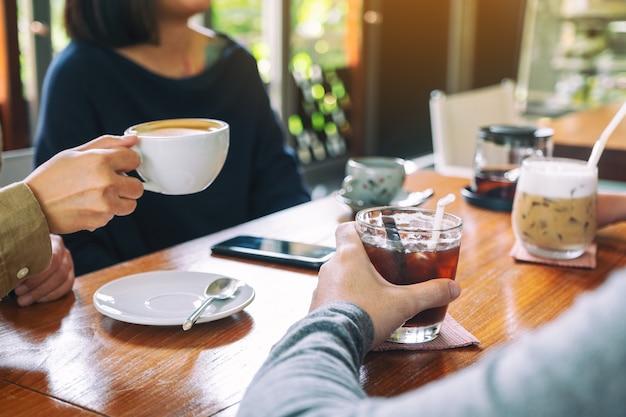 Close-up beeld van mensen die graag samen koffie drinken in café