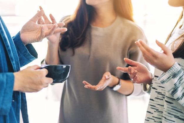 Close-up beeld van mensen die graag samen praten en koffie drinken