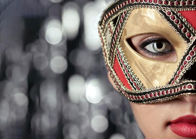 Close-up beeld van mysterieuze vrouw met carnaval masker