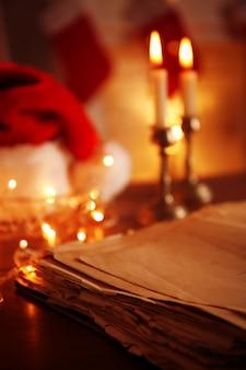 Close-up beeld van oud boek op houten tafel
