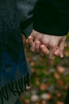 Close-up beeld van paar hand in hand