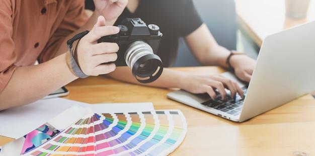 Close-up beeld van professionele grafisch ontwerper met de camera aan haar collega