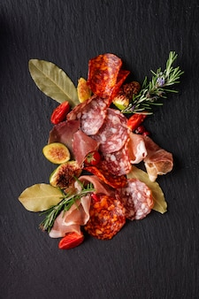Close-up beeld van salami regeling op bijl