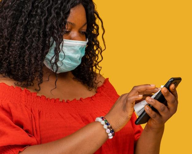 Close-up beeld van telefoon desinfectie concept