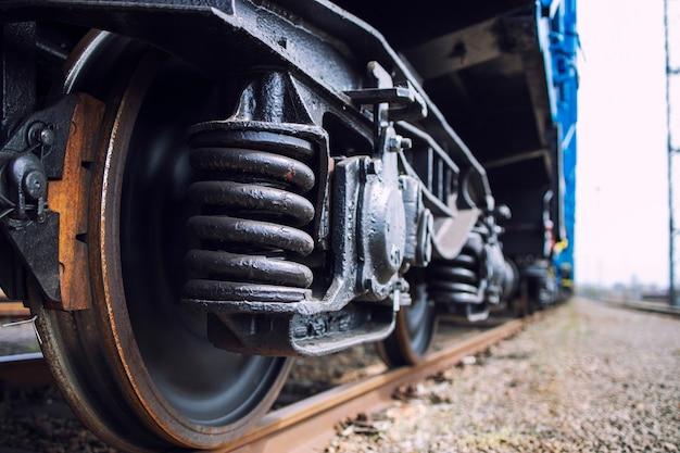 Close-up beeld van trein wielen op het goede spoor.