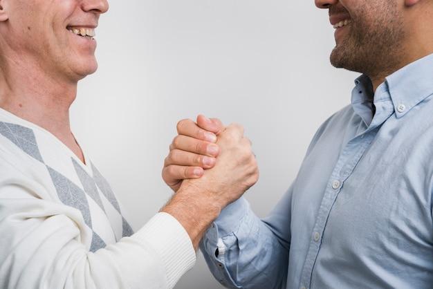 Close-up beeld van vader en zoon hand in hand