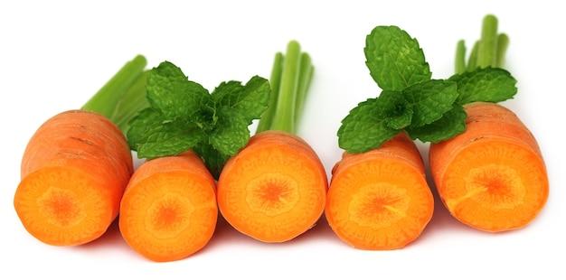 Close-up beeld van verse wortelen met muntblaadjes
