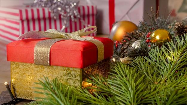 Close-up beeld van versierde kerstboom met cadeautjes en kerstballen