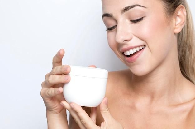 Close-up beeld van vrouw met crème met kopie ruimte