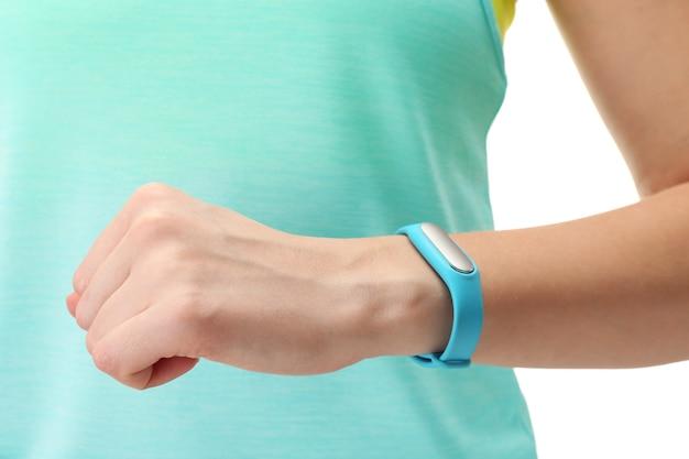 Close-up beeld van vrouw met fitness tracker bij de hand