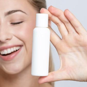 Close-up beeld van vrouw met fles