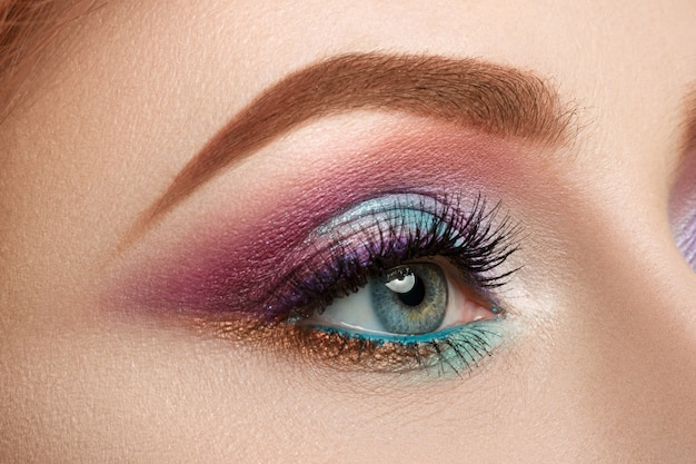 Close-up beeld van vrouwelijk blauw oog met mooie make-up. perfecte make-up close-up.