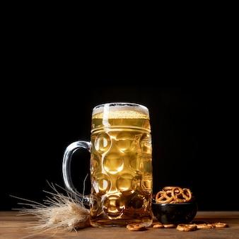 Close-up beiers bier op een lijst met pretzels