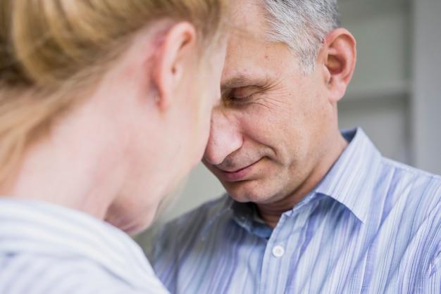 Close-up bejaarde echtpaar samen verliefd